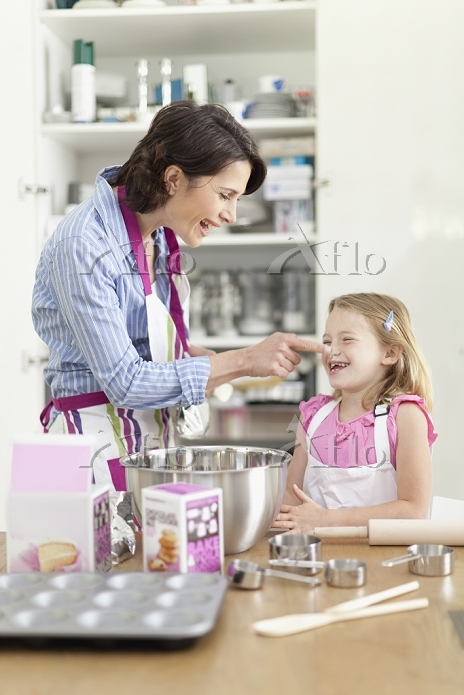 Mother and daughter baking in ・・・