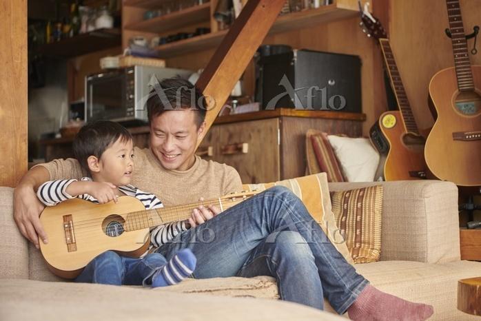 ギターを弾く日本人親子