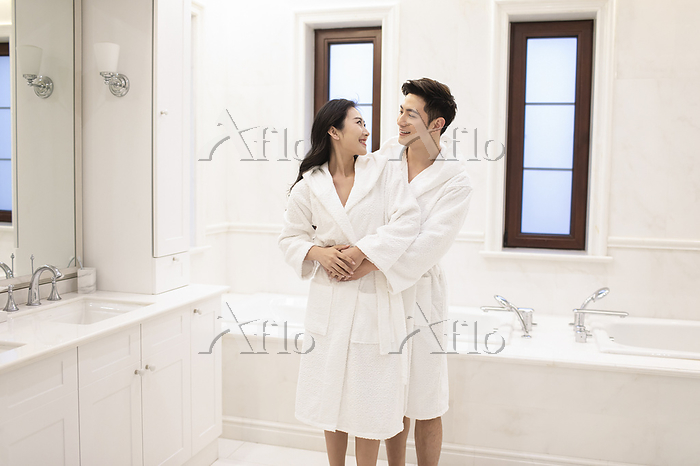 Happy young couple embracing i・・・
