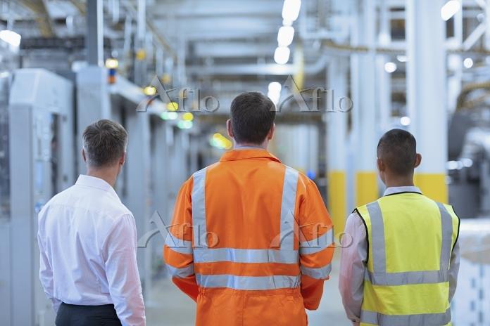 工場 働く外国人