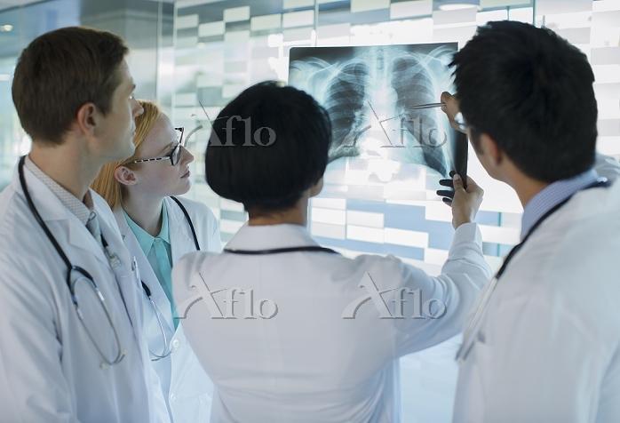 レントゲン写真を見る医者