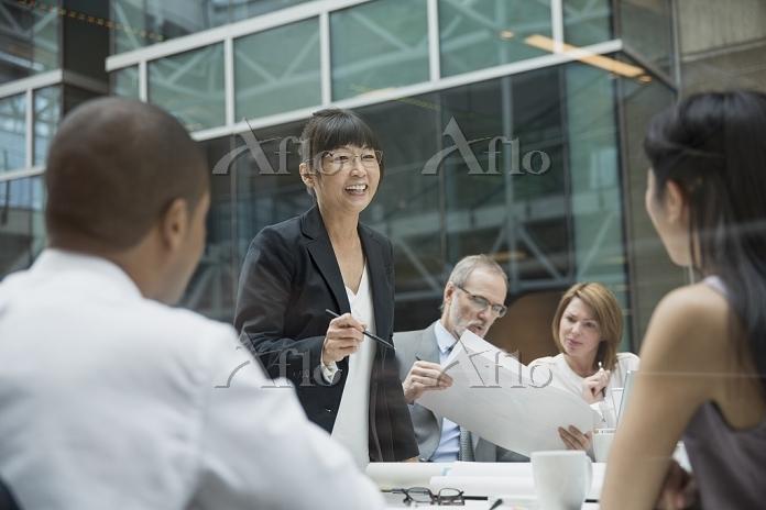 会議室で話すビジネスウーマン