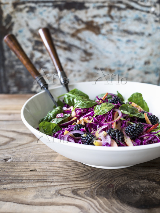 Slaw made with red cabbage, to・・・