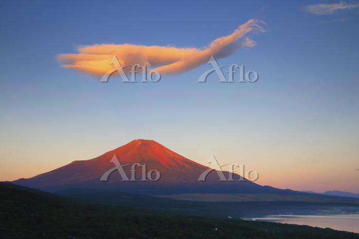 山梨県 パノラマ台付近から見る夏の赤富士と吊し雲