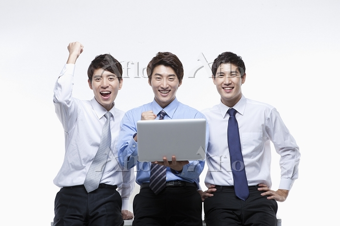 businessmen sharing a laptop w・・・
