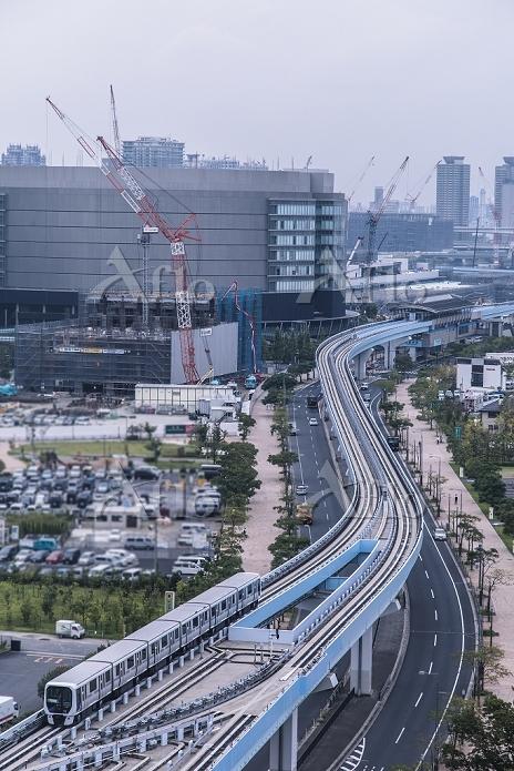 東京都 新豊洲駅周辺の街並みと走るゆりかもめ