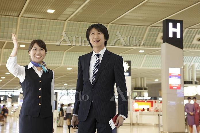ビジネスマンを案内する空港の女性職員
