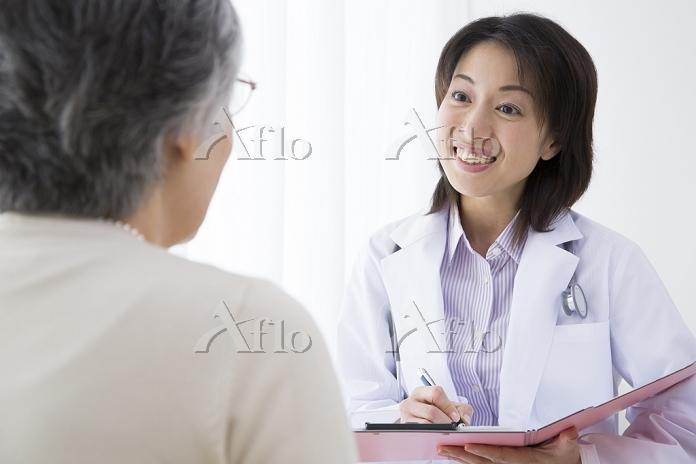 シニア日本人女性を診察する医者