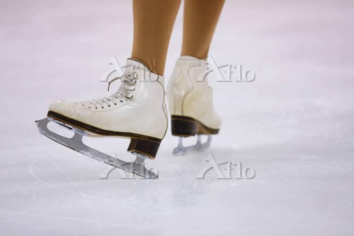 フィギュアスケートをする女性の足元