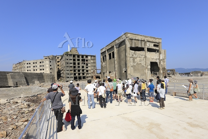 軍艦島、第三見学広場からの30号棟アパートと観光客