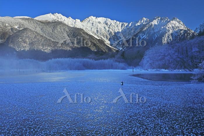 長野県 上高地の大正池のフロストフラワーと穂高連峰