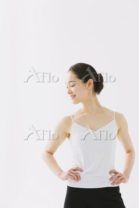 腰に手を当てる日本人女性