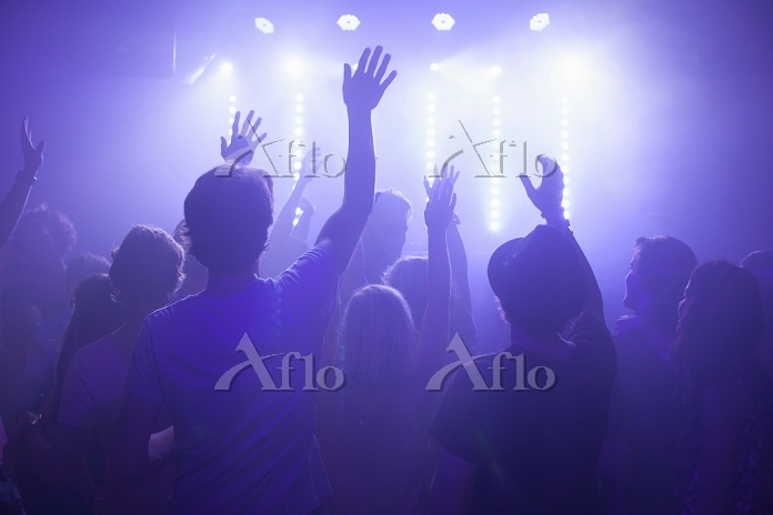 Rear view of group in club arm・・・