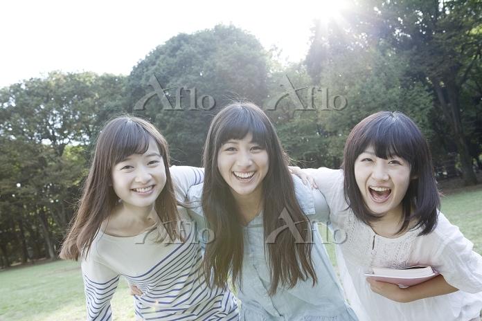 肩を組み笑う女学生