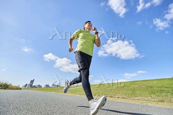 ランニングをする日本人男性