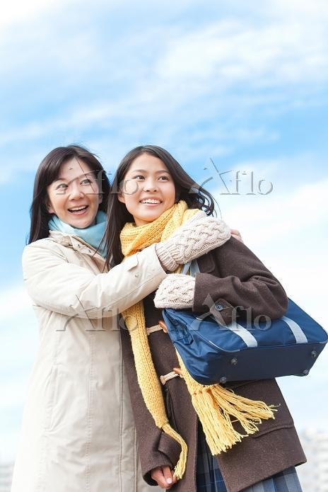 抱き合う女子中高生と母親