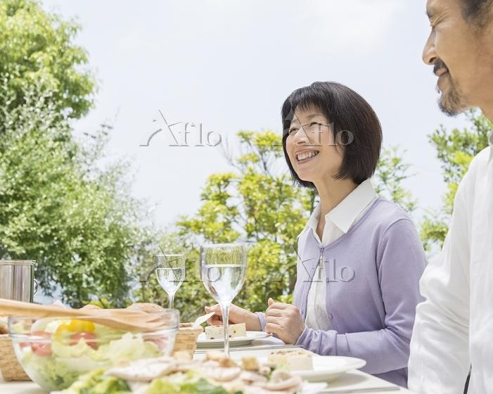 笑顔のミドル日本人女性