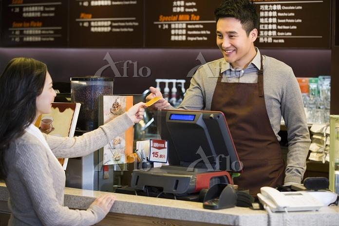 カフェでカード払いする顧客