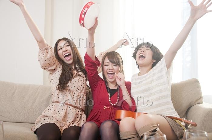 楽器を盛って騒ぐ日本人女性