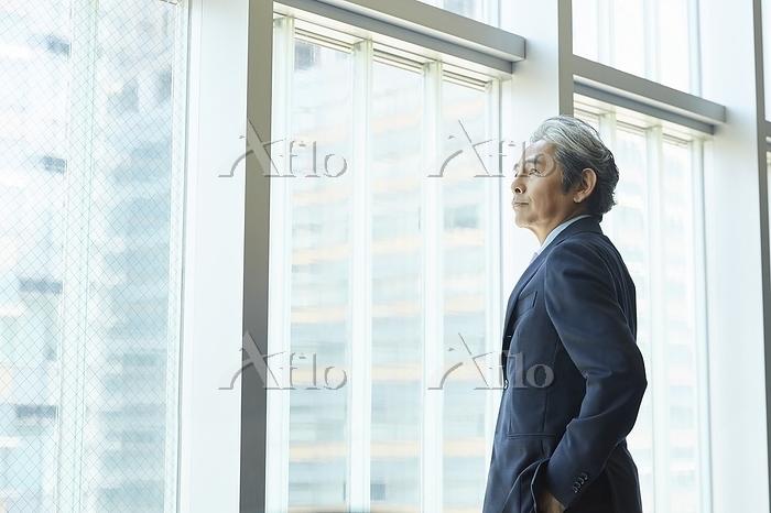 窓辺の日本人エグゼクティブ