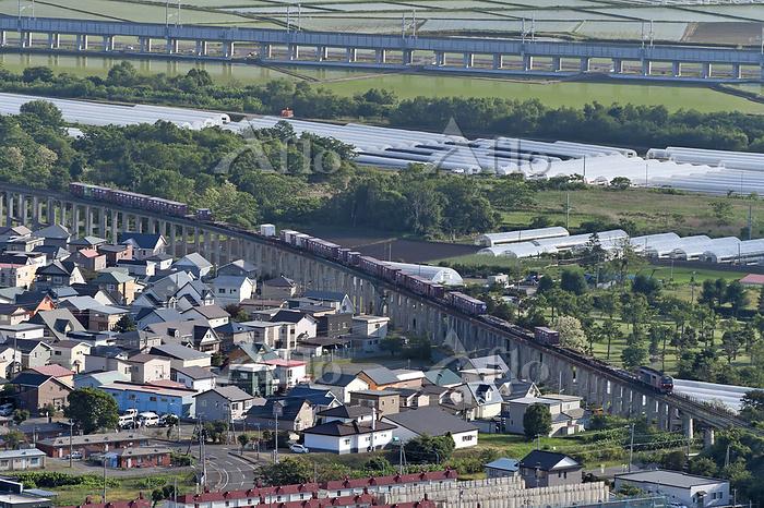北海道 函館本線 高架のカーブを曲がるDF200牽引貨物列車