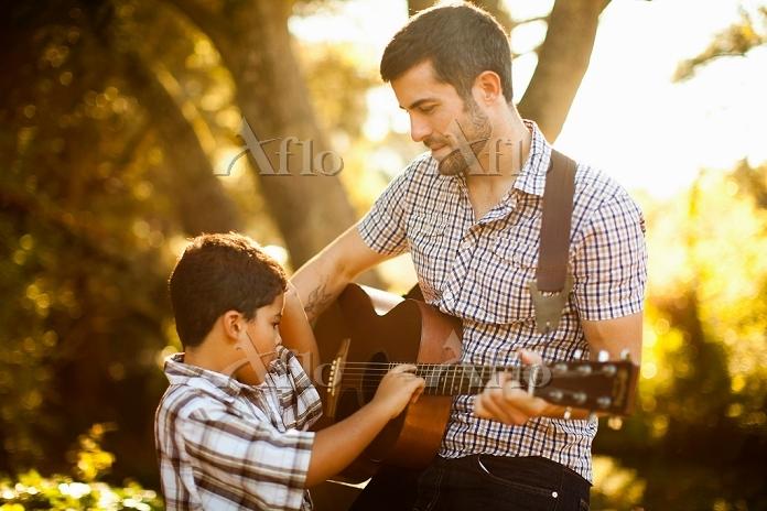 ギターを弾く親子