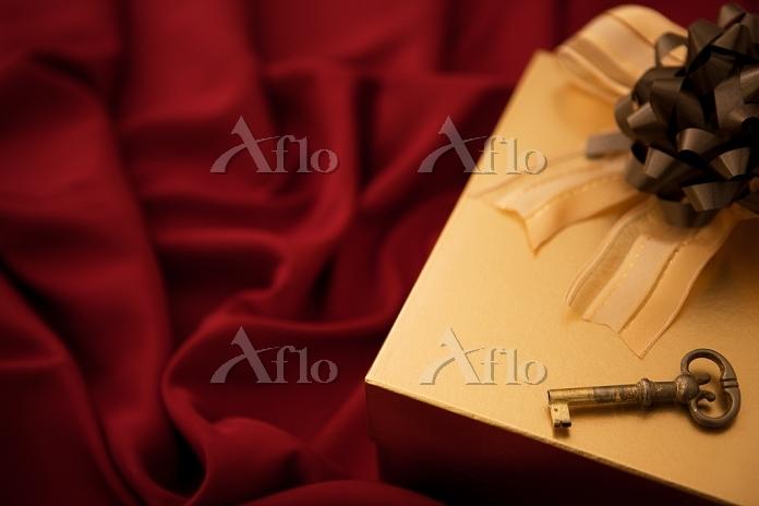 プレゼント箱と鍵と布
