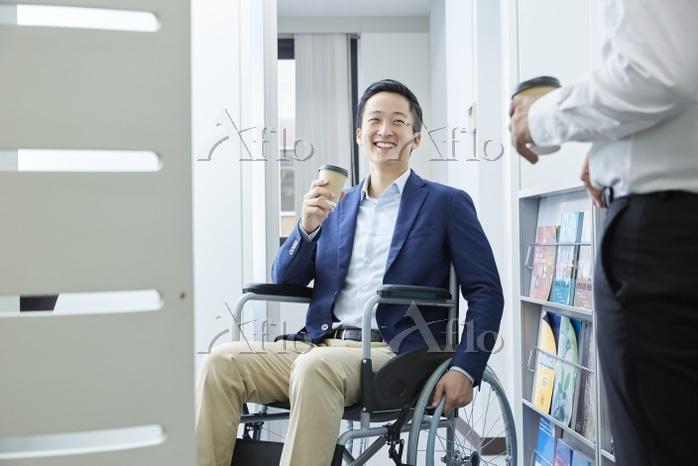 コーヒーブレイクをする車椅子の男性