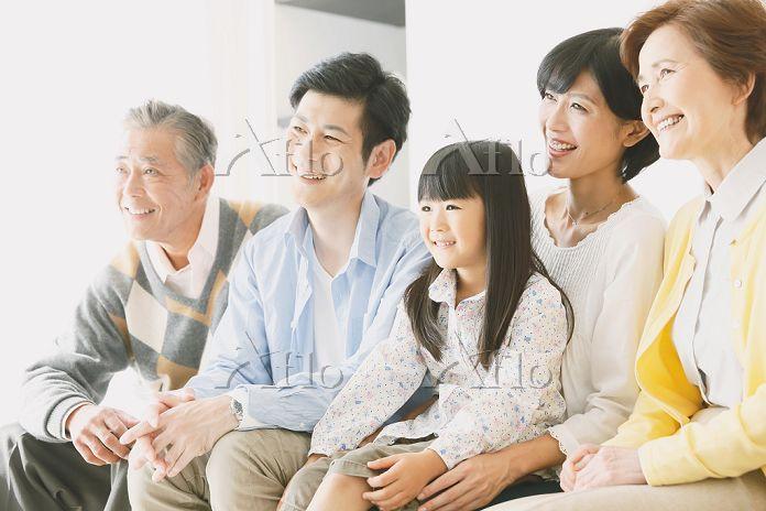 ソファでくつろぐ団らんの日本人三世代家族