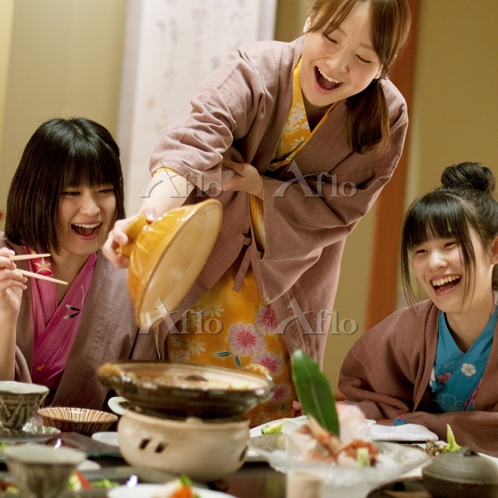 旅館の食事を楽しむ日本人女性