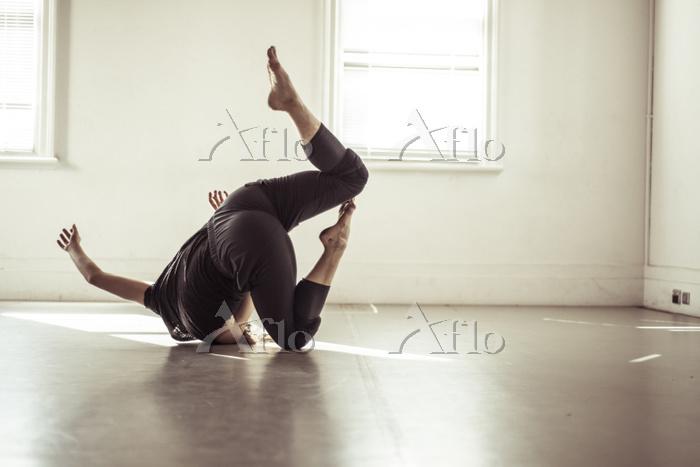 Woman dancing on floor in stud・・・