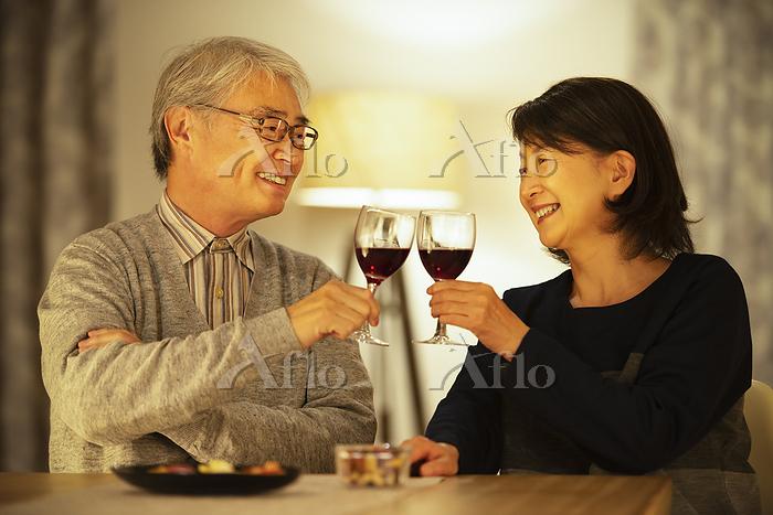 ワインで乾杯をするシニア夫婦