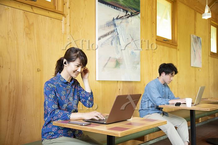 シェアオフィスで仕事する男女