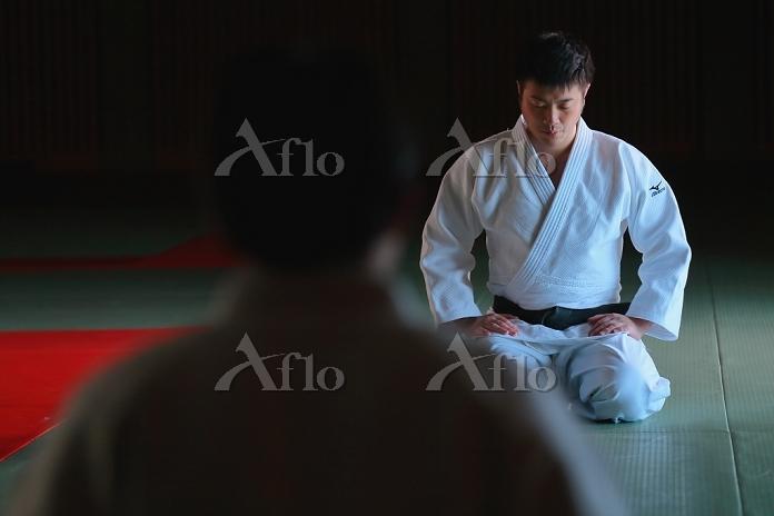 柔道場にいる日本人の男子柔道選手