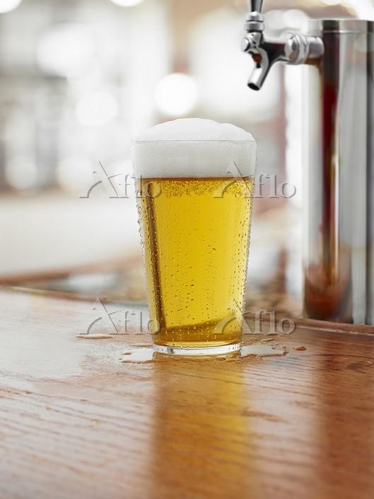 ビールを注ぐ