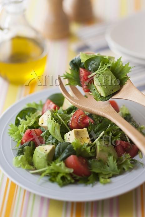トマトとアボカドとベビーリーフのサラダ