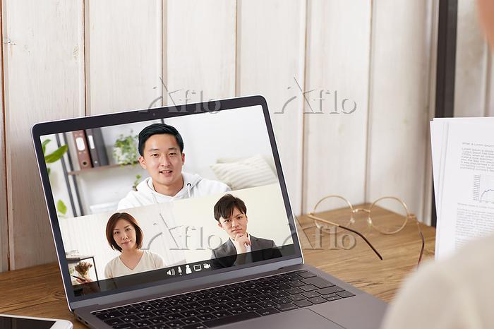 リモート会議をする日本人ビジネスパーソン