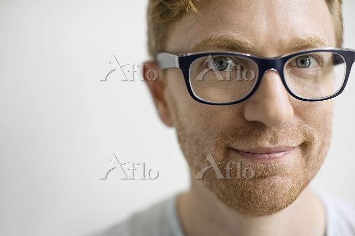 眼鏡をかけた笑顔の外国人男性