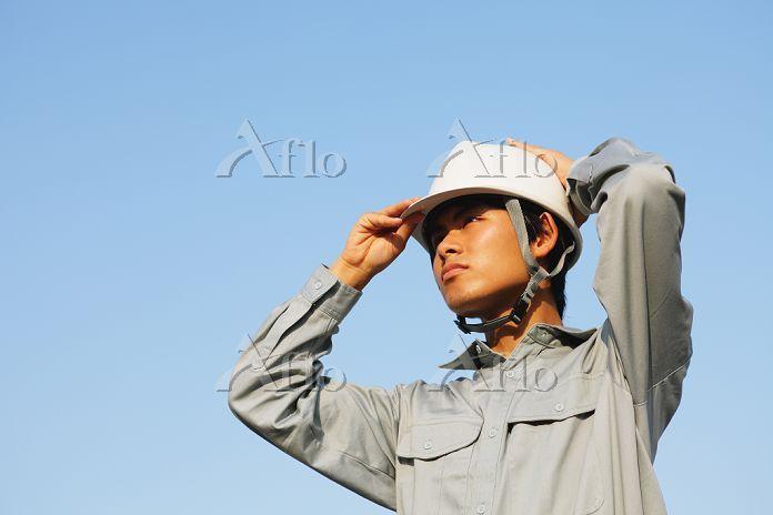 建設現場で働く男性