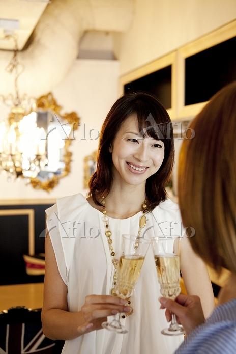 シャンパンを飲む日本人女性達