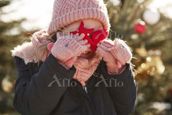 クリスマス飾りを持つ子供
