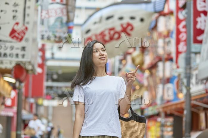 新世界を観光する日本人女性