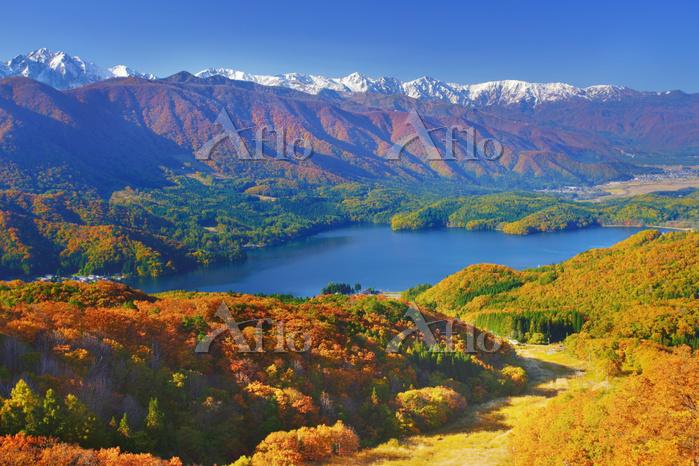 長野県 大町市 権現山 白馬連峰など北アルプスと青木湖と紅葉・・・