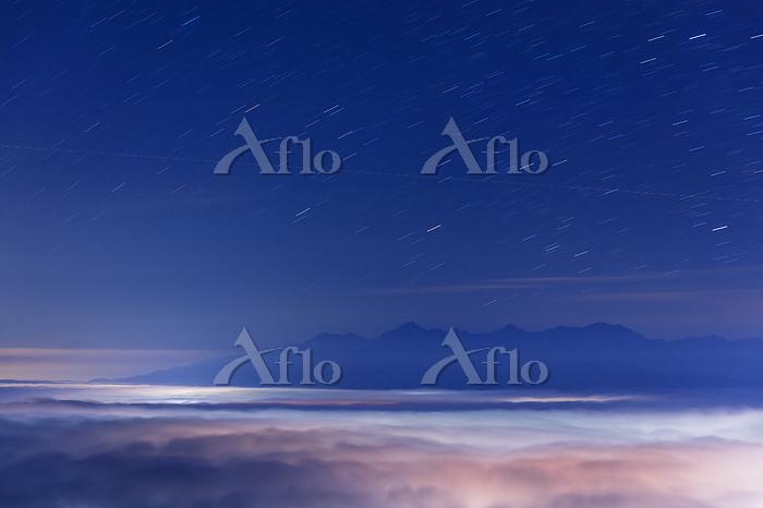 長野県 高ボッチ高原より街明かり映す雲海と富士山と南アルプス・・・