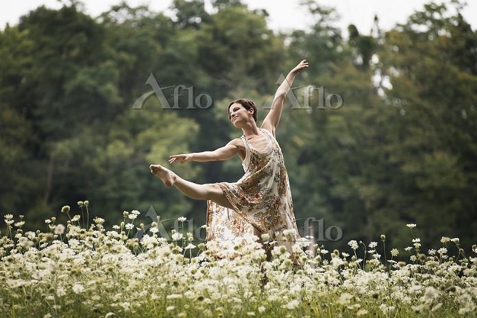 野原で踊る女性