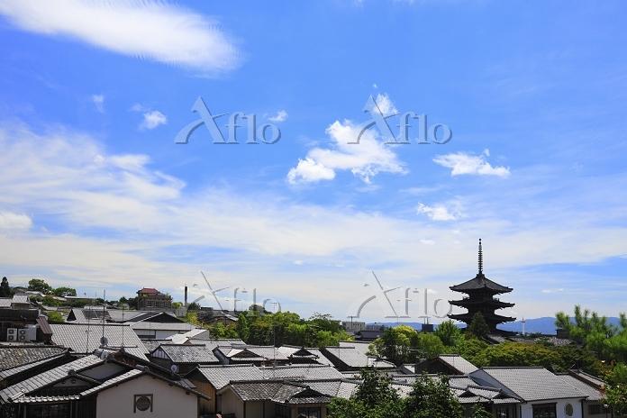 京都府 八坂の塔が見える町並みと空
