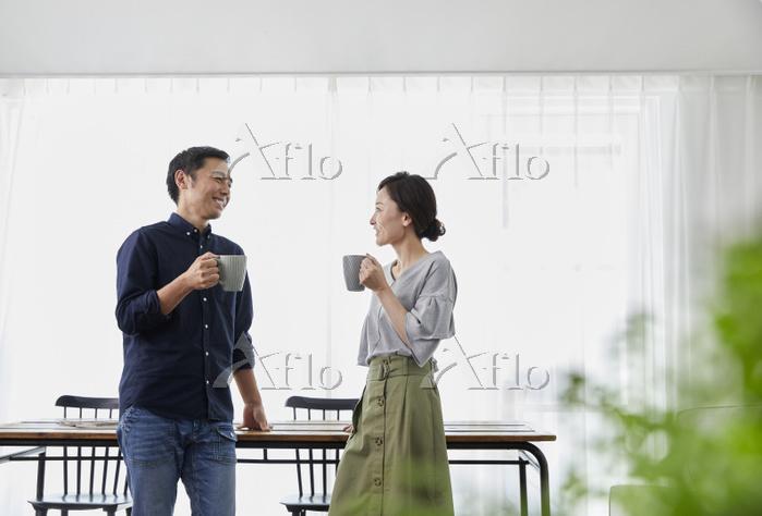 ティータイムを楽しむ日本人夫婦