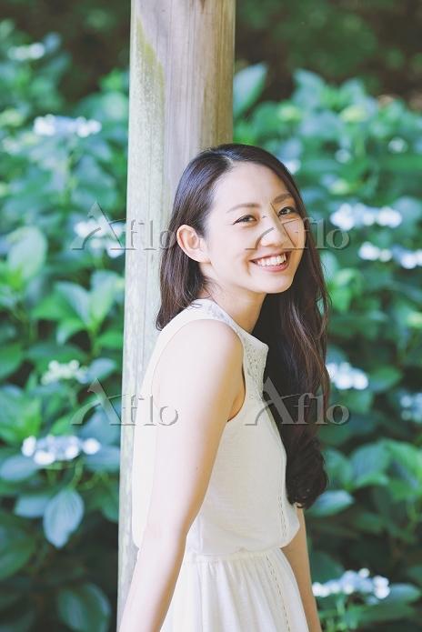 公園でくつろぐ日本人女性