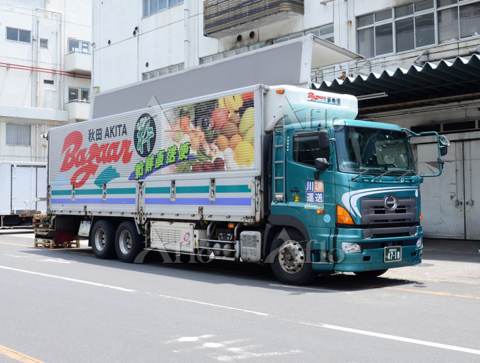 働く車 生鮮野菜を運ぶトラック
