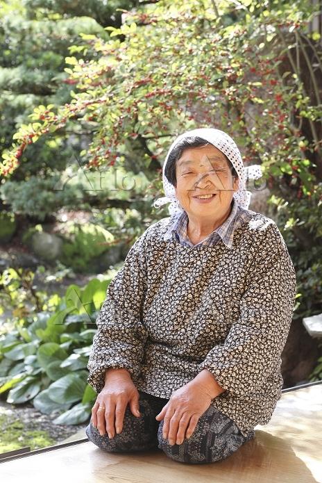 縁側に座るおばあちゃん